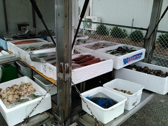 移動販売の品ぞろえ、白バイ、シジミ、サザエ