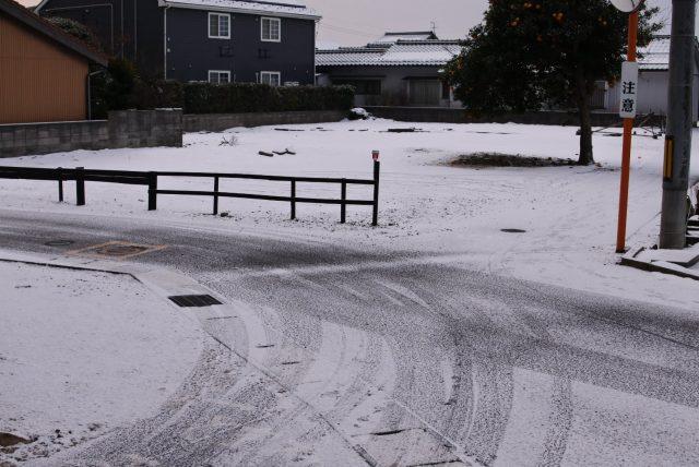 店舗前、雪景色