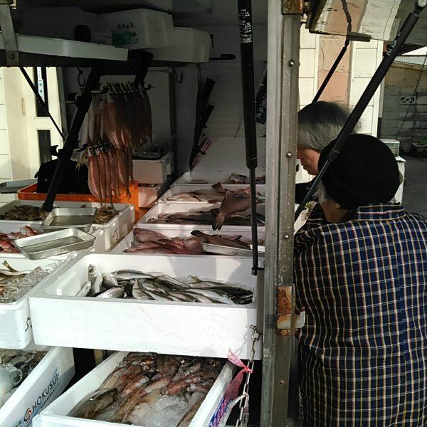 鮮魚移動販売風景